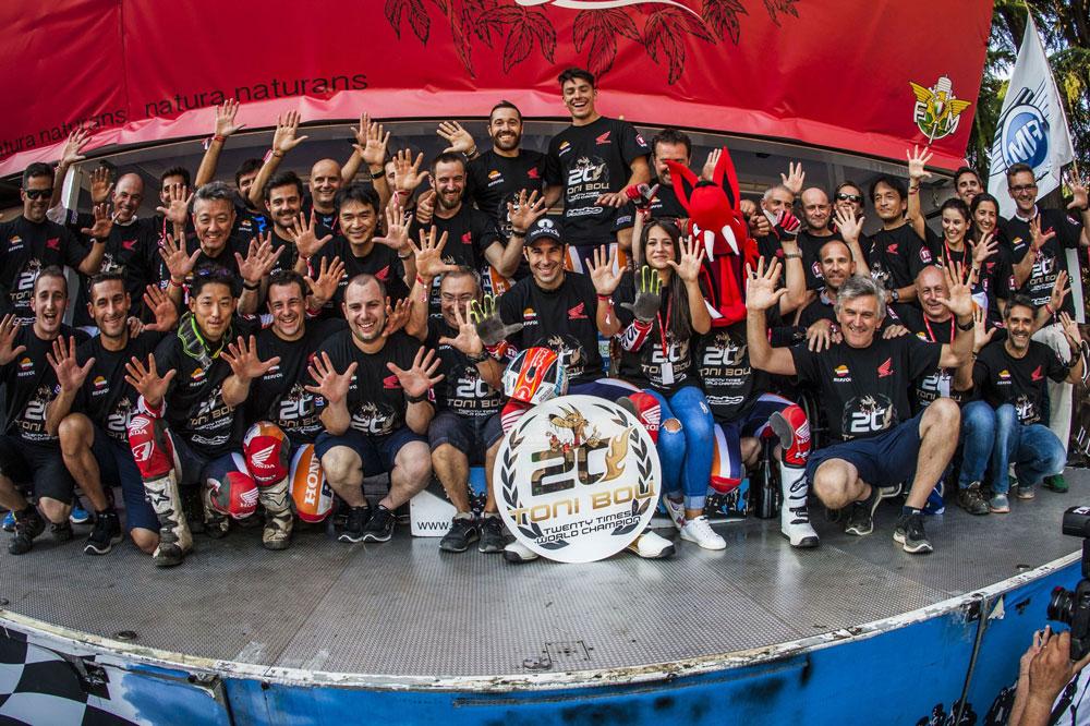 Equipo Montesa Honda tras la victoria de Toni Bou