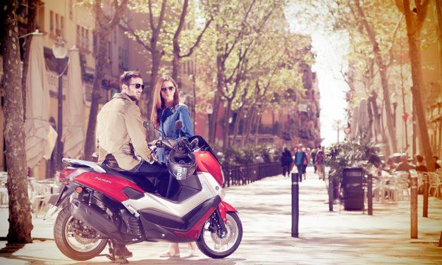 Cómo aparcar correctamente la moto en la acera