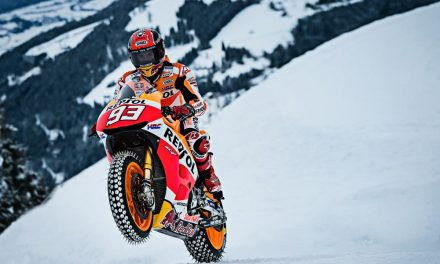 Marc Márquez se pasea por la nieve sobre su MotoGP