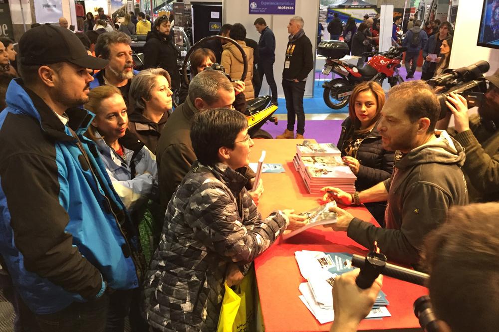 Miquel Silvestre firmando libros en Moto Madrid