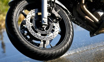 Comprobar la presión de los neumáticos de la moto