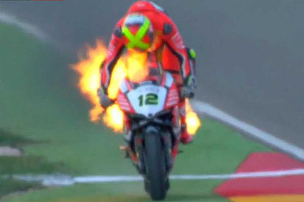 Xavi Fores moto ardiendo