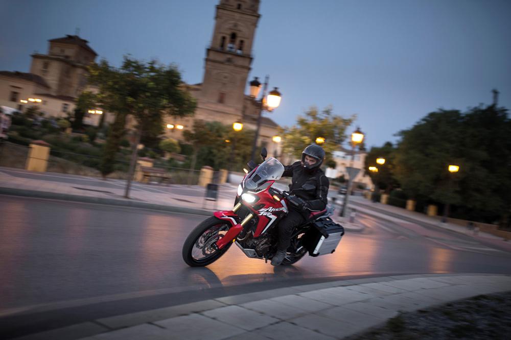 Circula en moto las horas más frescas del día