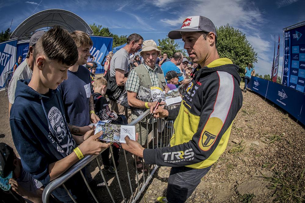 Adam Raga firma autógrafos en el Mundial de Trial de Gran Breta