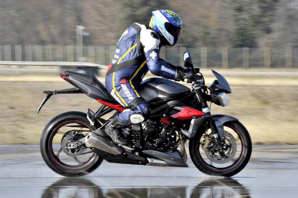 Frenar una moto en mojado