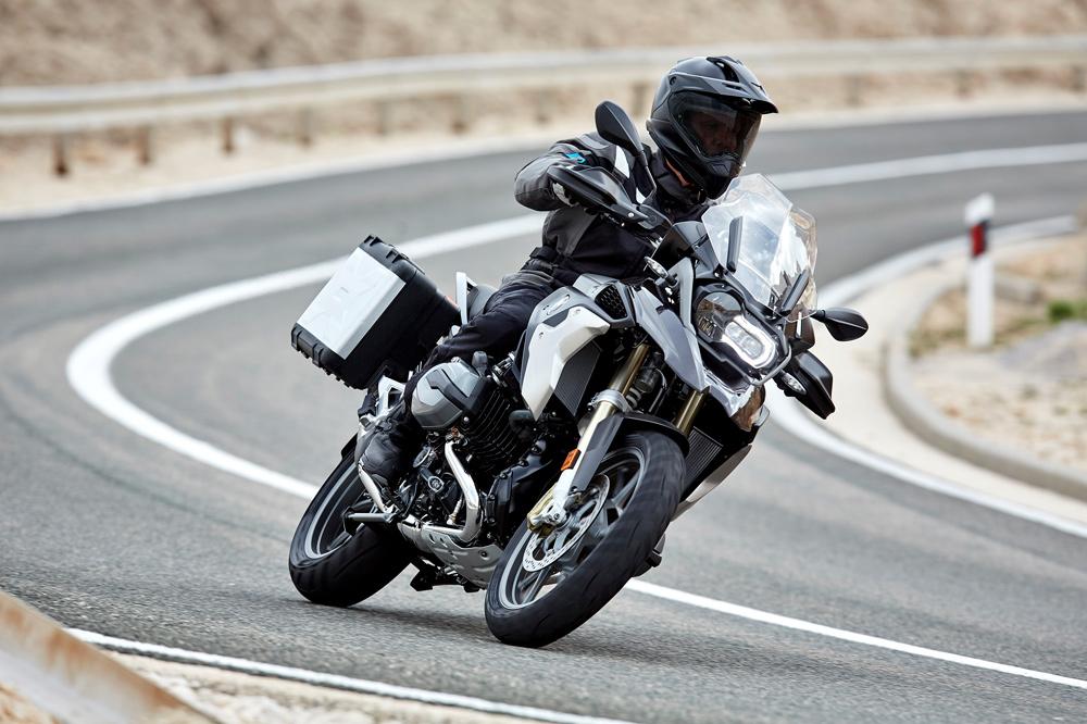 Paso por curva en una moto trail
