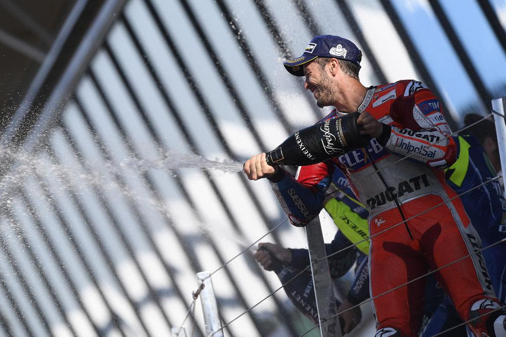 Dovi vuelve a ganar y aprovecha la rotura de motor de Márquez para colocarse líder