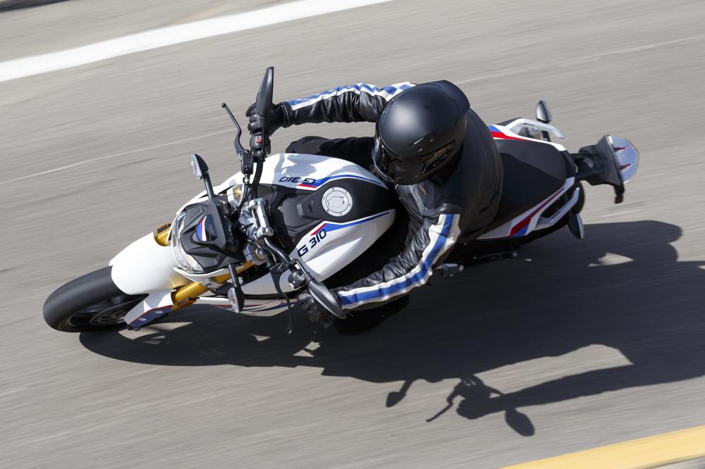 El moto debemos estar pendientes de lo que sucede delante y detrás