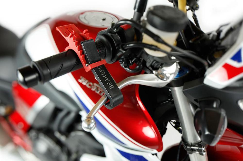 Fijar la maneta del freno para cargar la moto en un remolque