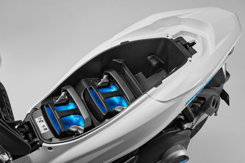 Honda PCX Electricoj, juego de baterías debajo del asiento