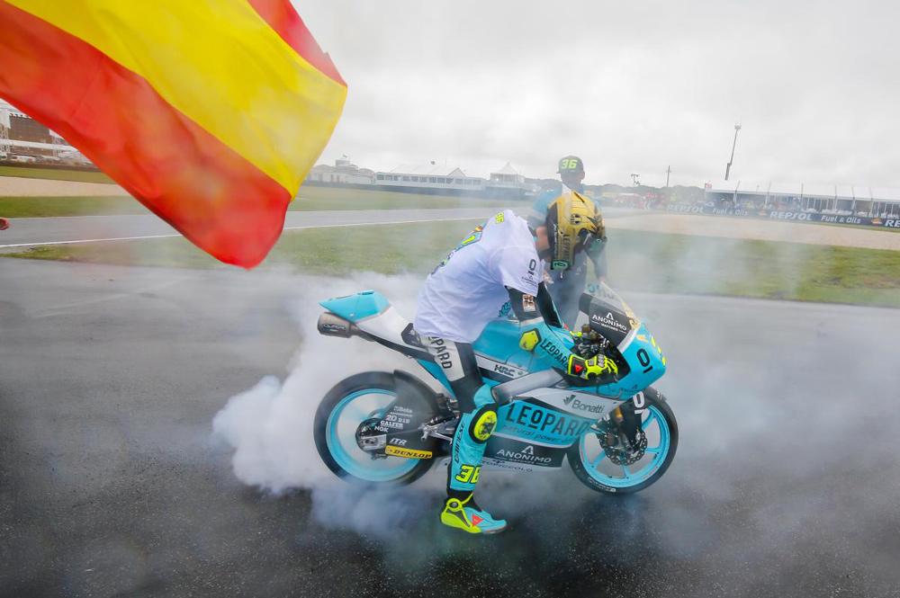Joan MIr tras lograr el título de Campeón del Mundo Moto3