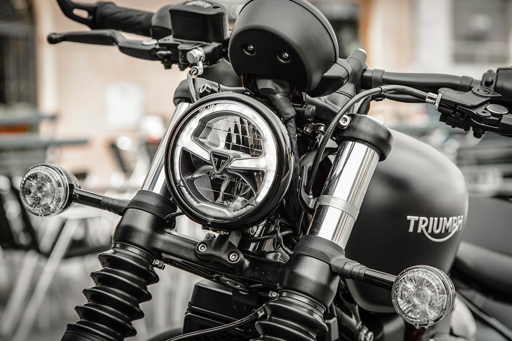 Triumph Bonneville Bobber Black detalle faro