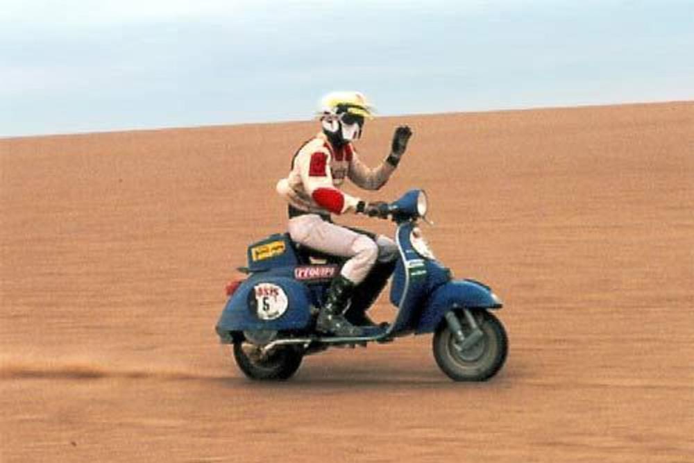 Una Vespa PX en el Rally Paris Dakar