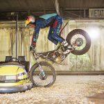 Dougie Lampkin se divierte pilotando en un parque de atracciones abandonado