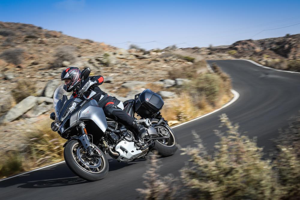 Mucha atención a la postura de nuestro cuerpo y control del manillar cuando conduzcamos en moto con viento