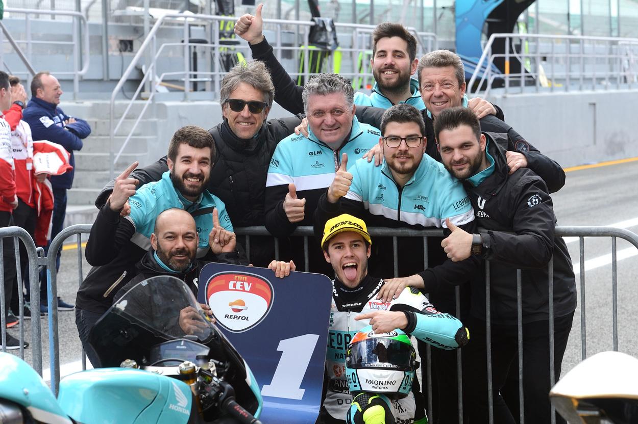 Manuel Pagliani celebra con su equipo su primera victoria 2018 en Moto3