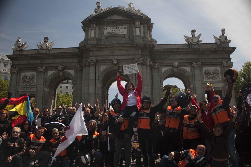 Parada para foto en la Puerta de Alcalá de la Concentración Harley Davidson KM 0