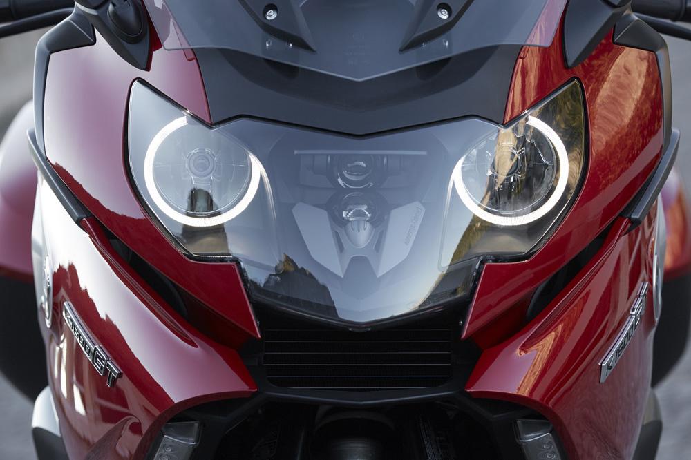 BMW estrenó la luz adaptativa para motos en la K 1600 GT