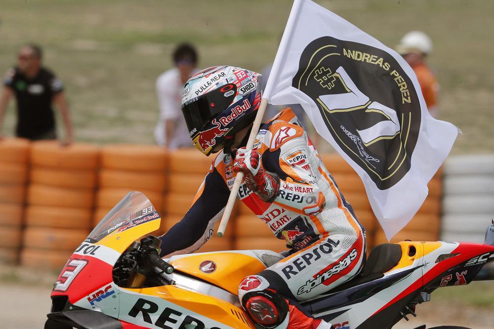Marc Márquez rindió homenaje a Andreas Perez durante la vuelta de honor del GP de Cataluña