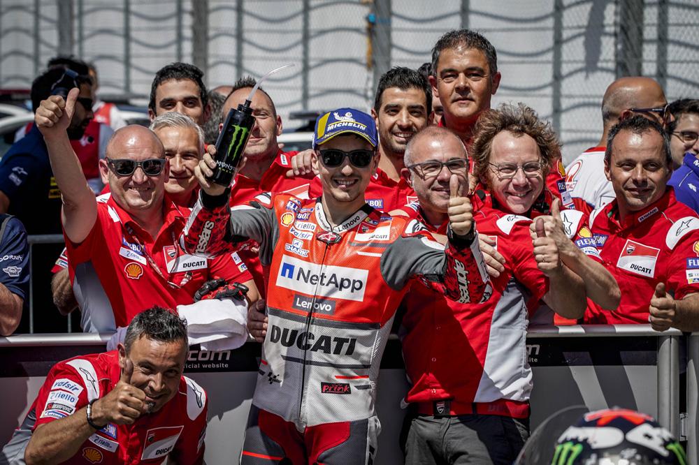 Jorge Lorenzo celebra su segundo mejor tiempo en los entrenamientos del GP de Italia