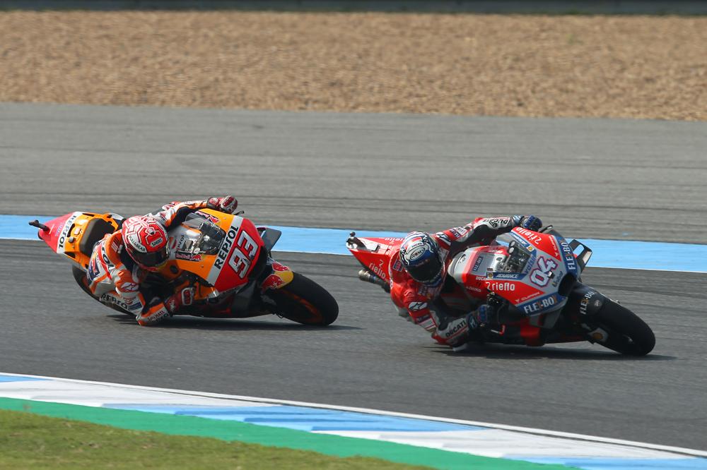 Marc Márquez y Andrea Dovizioso en las vueltas finales del Gran Premio de Tailandia MotoGP