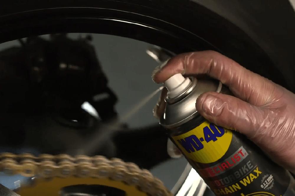 La grasa de la cadena de la moto no debe aplicarse como ves en la foto, siempre por el interior de la cadena no por el exterior.
