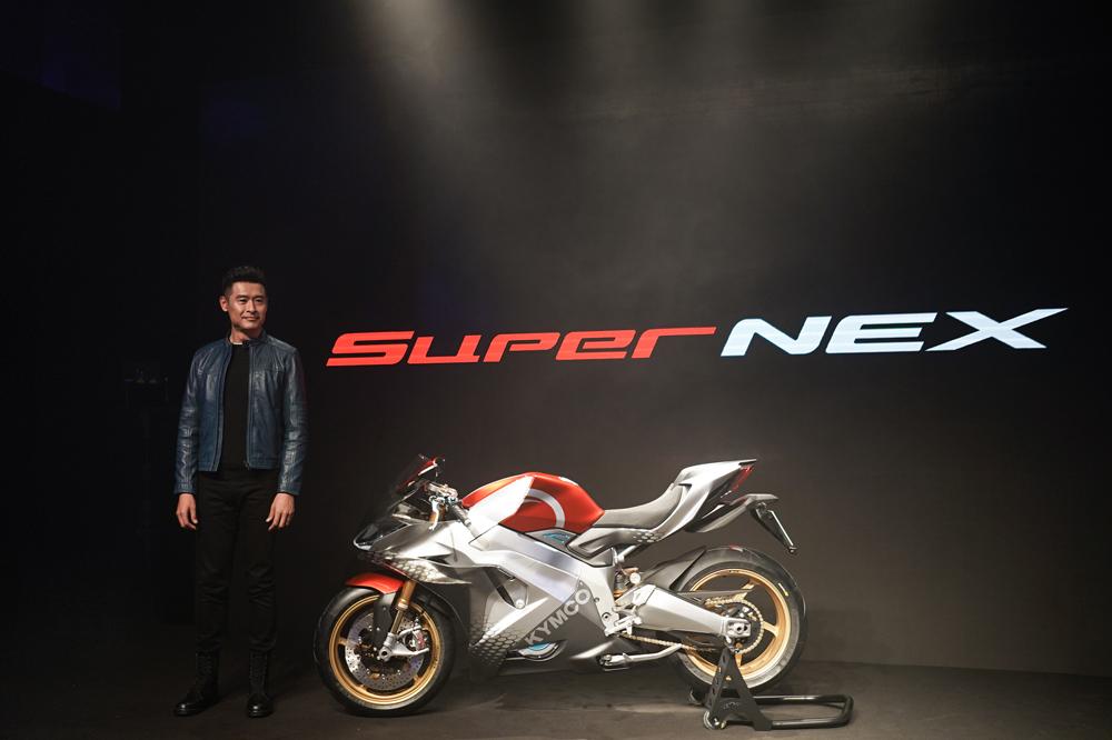 Allen Ko durante la presentación del KYMCO SuperNEX