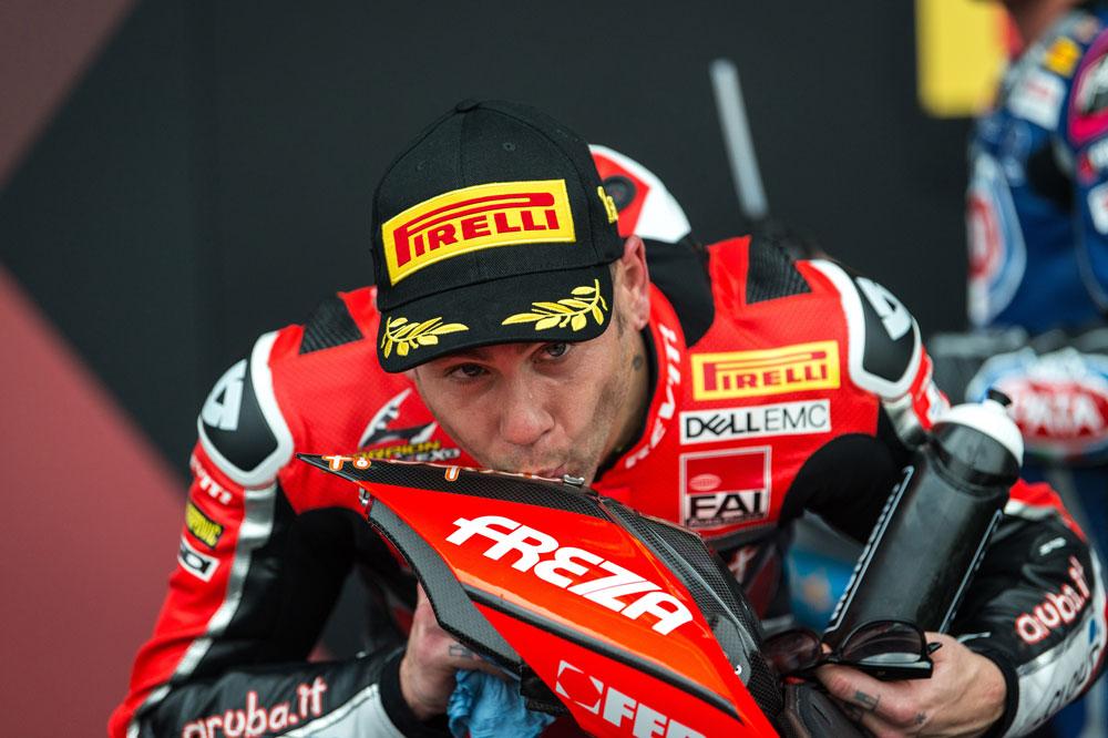 Alvaro Bautista besa su Ducati Panigale V4R