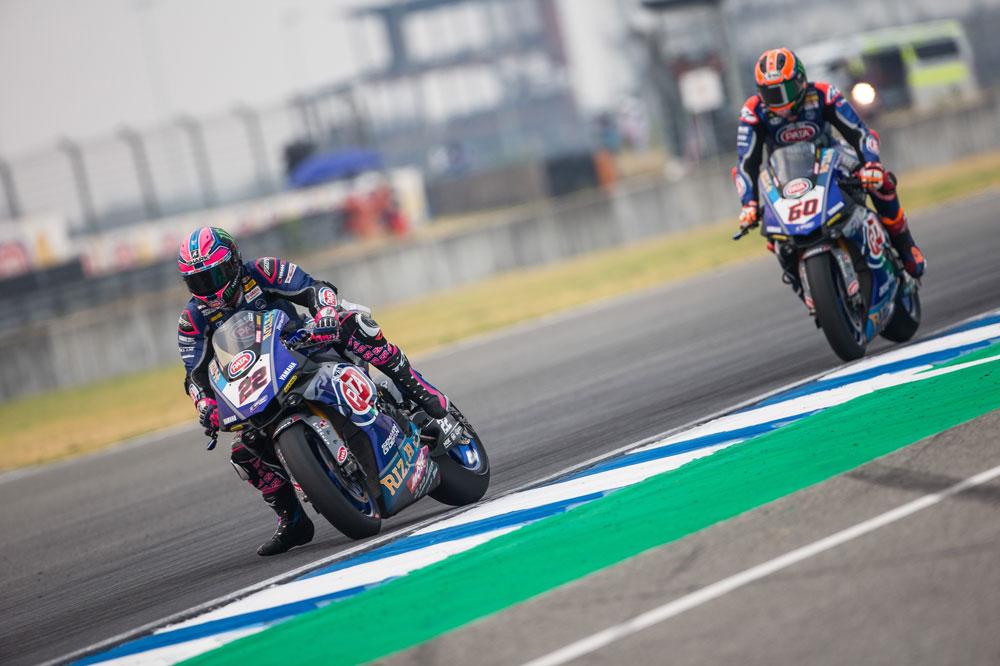Alex Lowes y Van der Mark luchando por la tercera posición en SBK Tailandia
