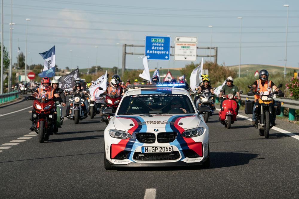 Los aficionados acompañaron al Safety Car del Gran Premio de España de Motociclismo hasta la entrada del Circuito Angel Nieto de Jerez