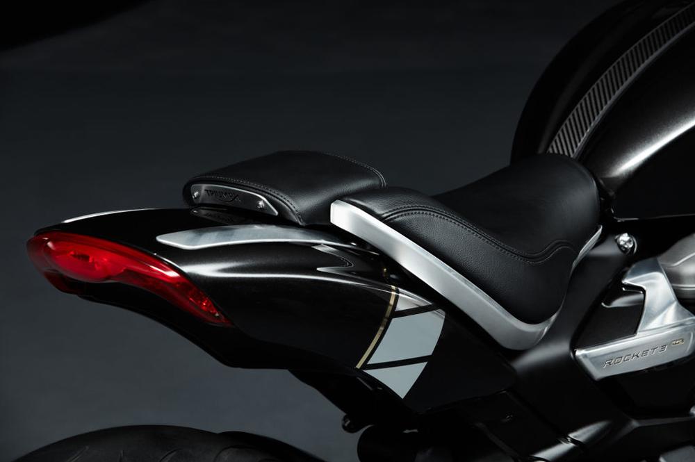 El asiento del pasajero fácilmente se puede desmontar para dar un toque más ligero a la Rocket 3