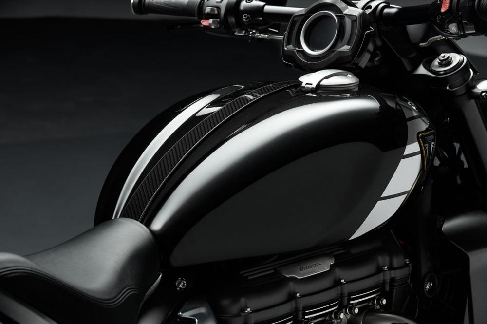 Depósito de combustible y manillar plano, el minimalismo está presente en la Triumph Rocket 3 TFC