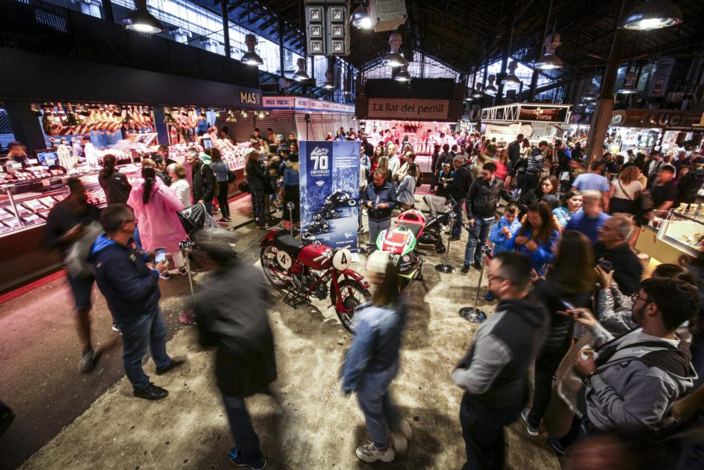 70 años del Mundial de Motociclismo: Aprilia y Ducati en el Mercado de la Boquería