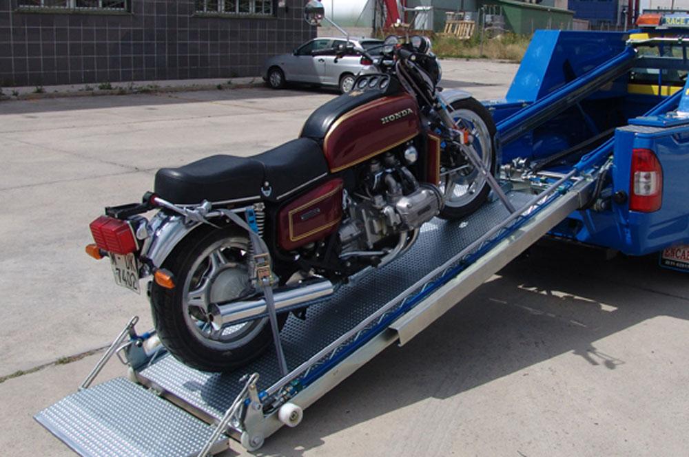 El operador de la grúa puede aparecer con varios tipos de elevadores, no todos adaptados para moto