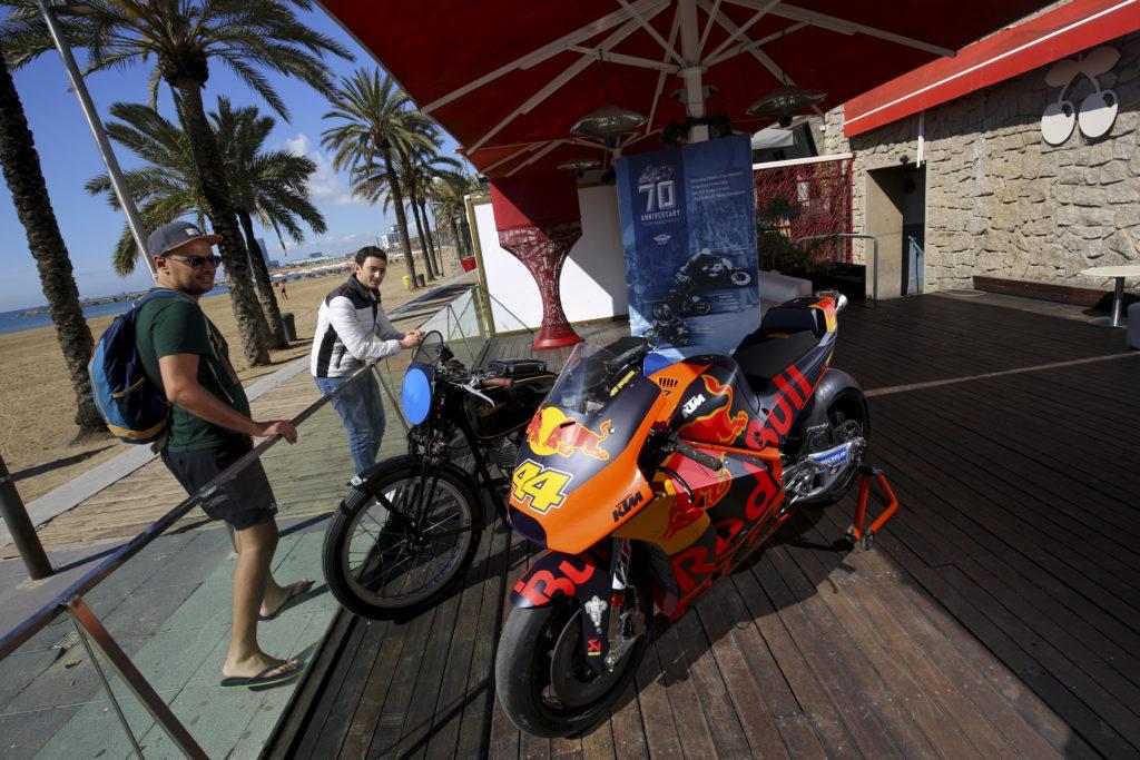 70 años del Mundial de Motociclismo: KTM y Velocette en la Playa de Barcelona