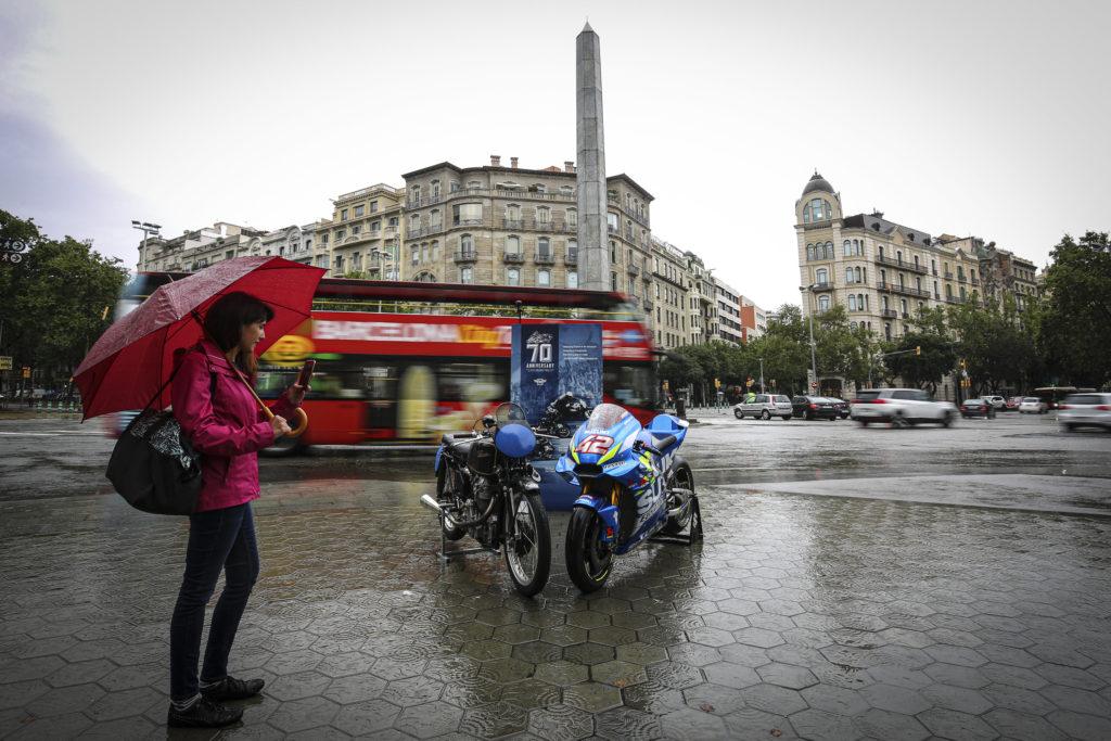 70 años del Mundial de Motociclismo: Suzuki y Velocette en el Paseo de Gracia