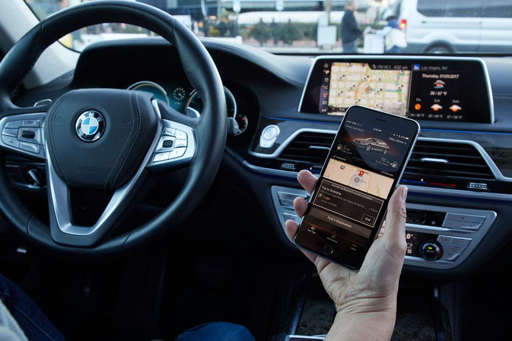 El uso del volante con las dos manos o mayor presión sobre los infractores que usan el teléfono móvil mientras conducen