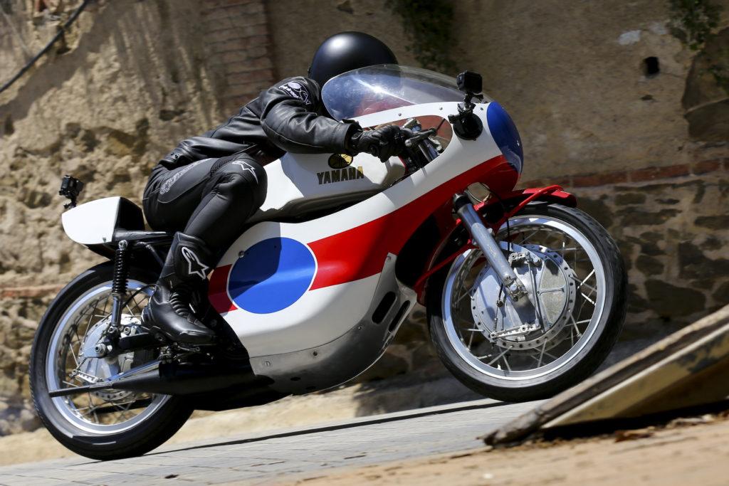 Maverick Viñales sube al Tibidabo en una Yamaha de dos tiempos