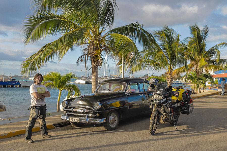 Charly Sinewan lleva más de una década viajando en moto