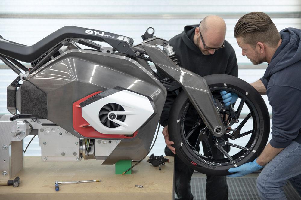Aquí tenemos al equipo de diseño de BMW trabajando sobre el prototipo de la moto eléctrica