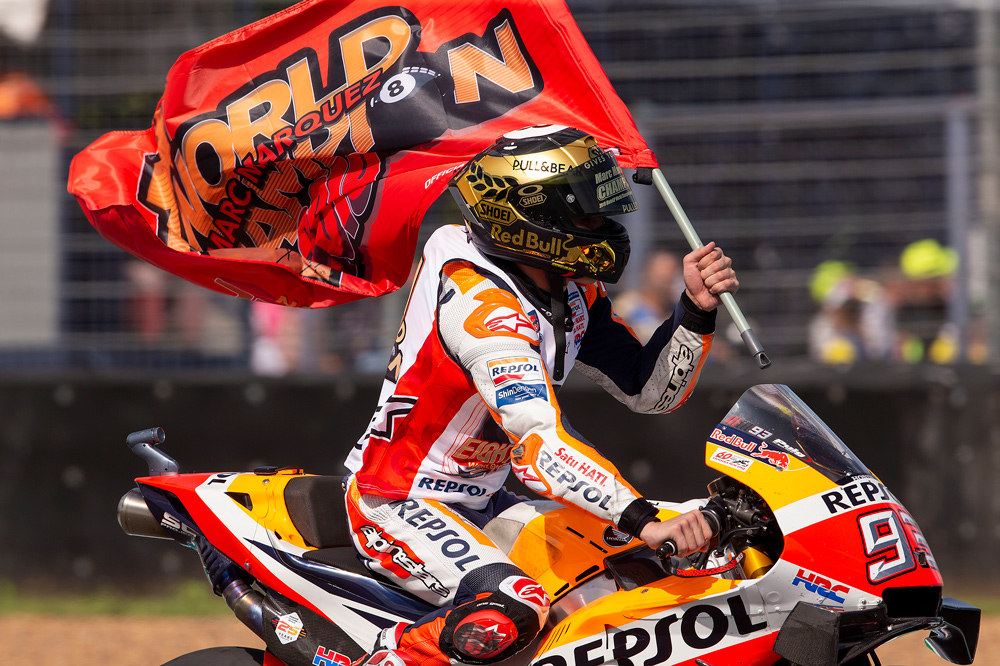 Marc Márquez durante la vuelta de honor del GP de Tailandia