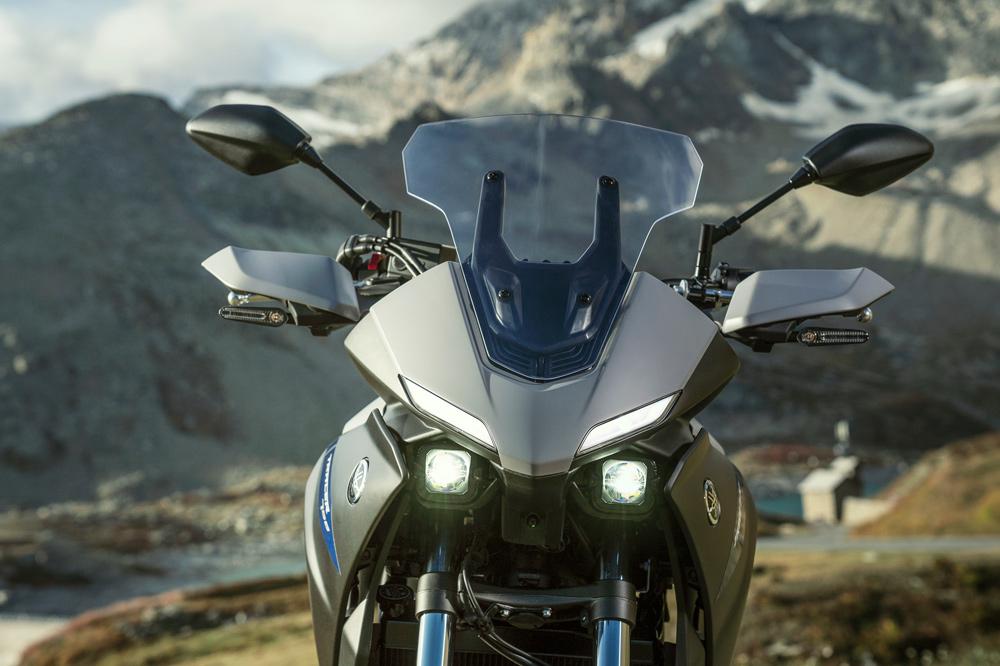 Los faros de la Yamaha Tracer 700 combina dos potentes proyectores de LED bajo sus plásticos con las luces de posición