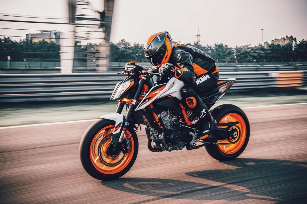 La KTM 890 Duke R quiere ganar terreno frente a otras grandes naked deportivas como la Yamaha MT 09