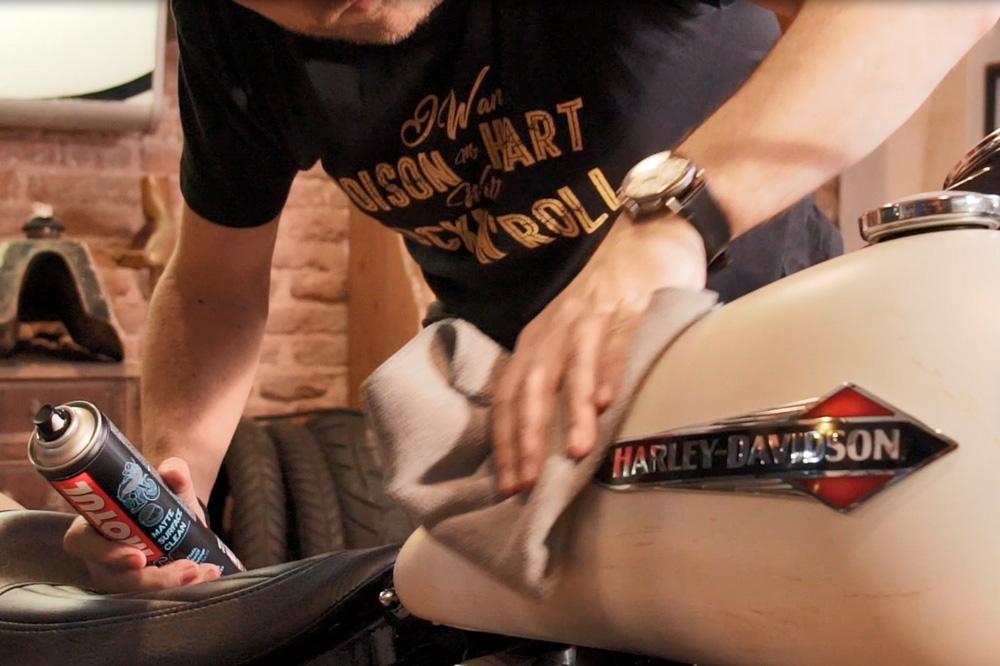 Guarda tu moto bien limpia y protege su pintura con productos específicos