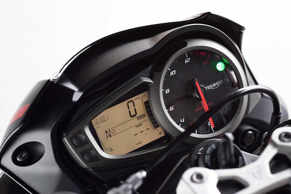 El cuadro de instrumentos de la Triumph Street Triple R vuelve a la configuración analógica