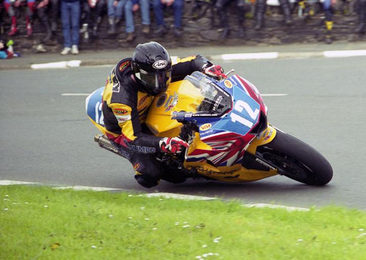 Bruce Anstey con Triumph en el Junior TT