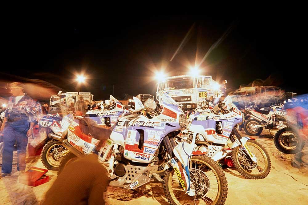 Parque cerrado del Rally Dakar en 1989 con las Honda Africa Twin