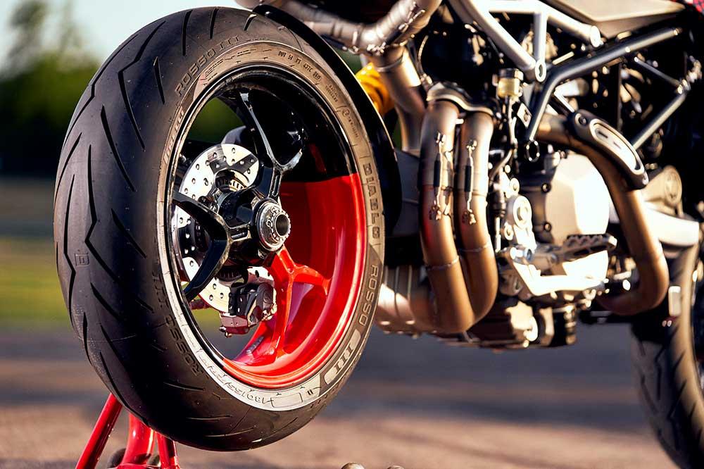 Detalle de la rueda trasera se la Ducati Hypermotard 950 RVE