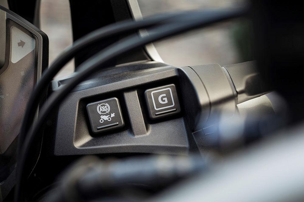 El interruptor G es todo un descubrimiento para utilizar el sistema de cambio semiautomático de Honda DCT en off road
