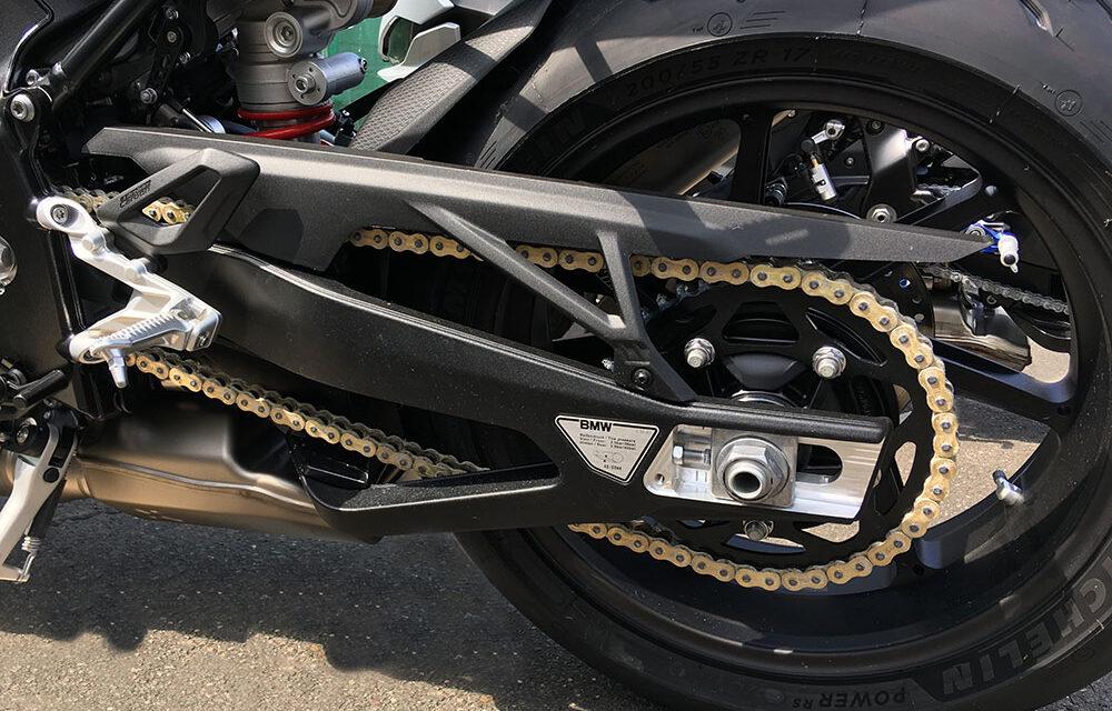 Una cadena de moto sin mantenimiento